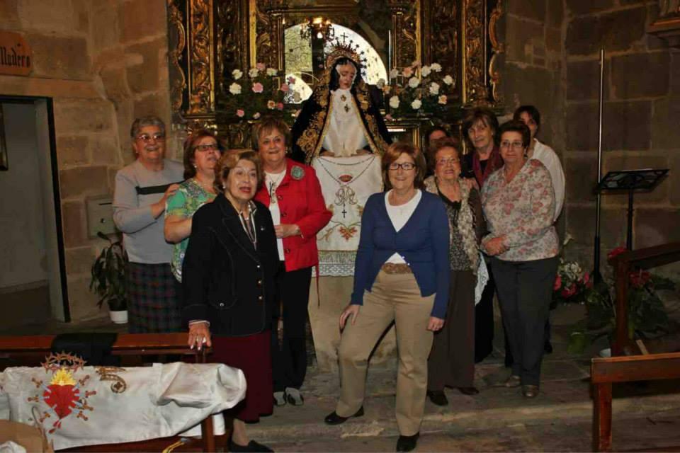 Vistiendo a la Virgen